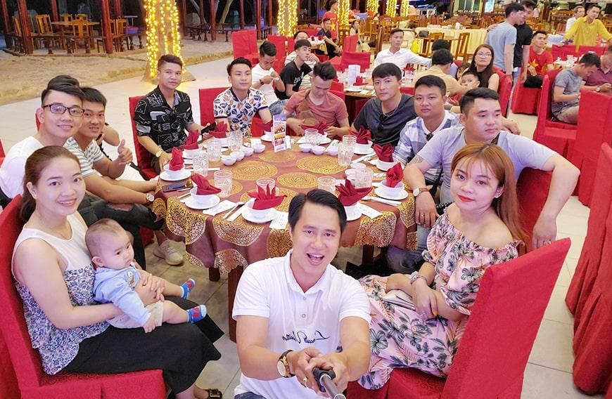 Bàn tiệc nhóm Mr Tùng