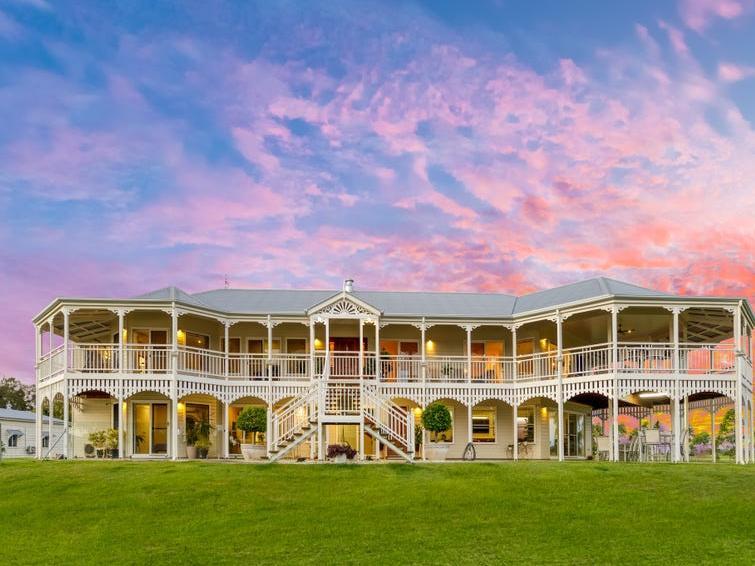 Căn biệt thự rộng rãi được bán đấu giá với giá cao hơn 300 nghìn đô la so với lời đề nghị cuối cùng